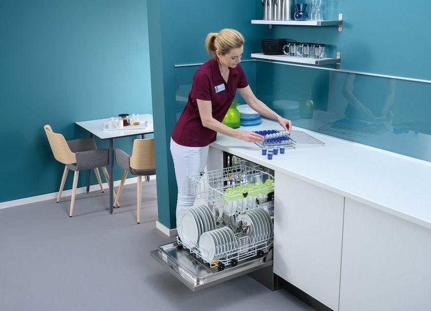 Spülmaschine Labor Technik einräumen Frau