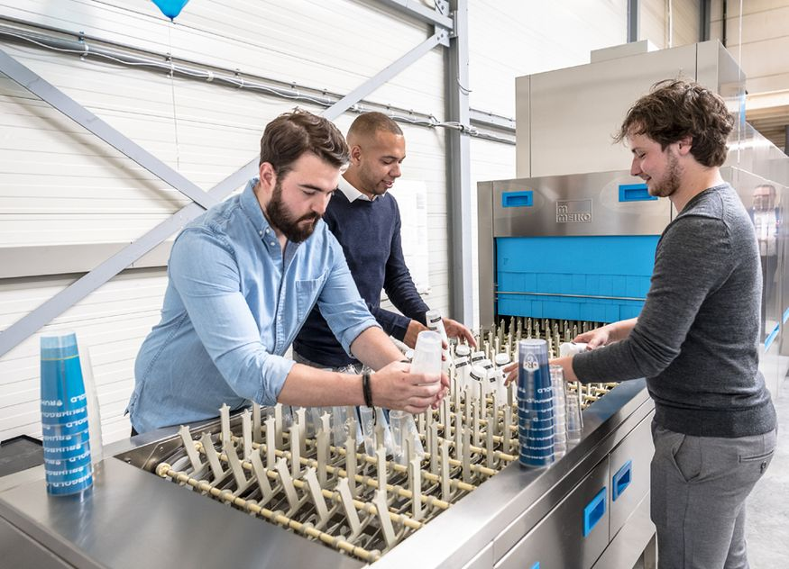 Mit den Geräten von Meiko lässt sich Nachhaltigkeit im eignen Betrieb umsetzen, zum Beispiel beim hygienischen Spülen von Mehrwegbechern / Foto: Meiko