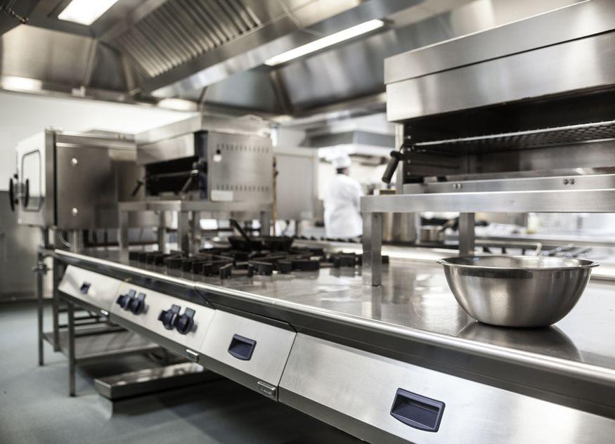Das Material Edelstahl nimmt in der Großküchenindustrie eine wichtige Stellung ein. Nun droht aus verschiedenen Gründen, darunter die Corona-Pandemie, eine Rohstoffknappheit