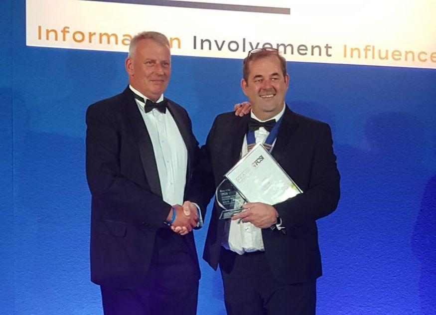Mick Jary (links), Specification Director Meiko UK, nahm den FCSI-Award von Julian Edwards, FCSI UK&I Chairman, entgegen