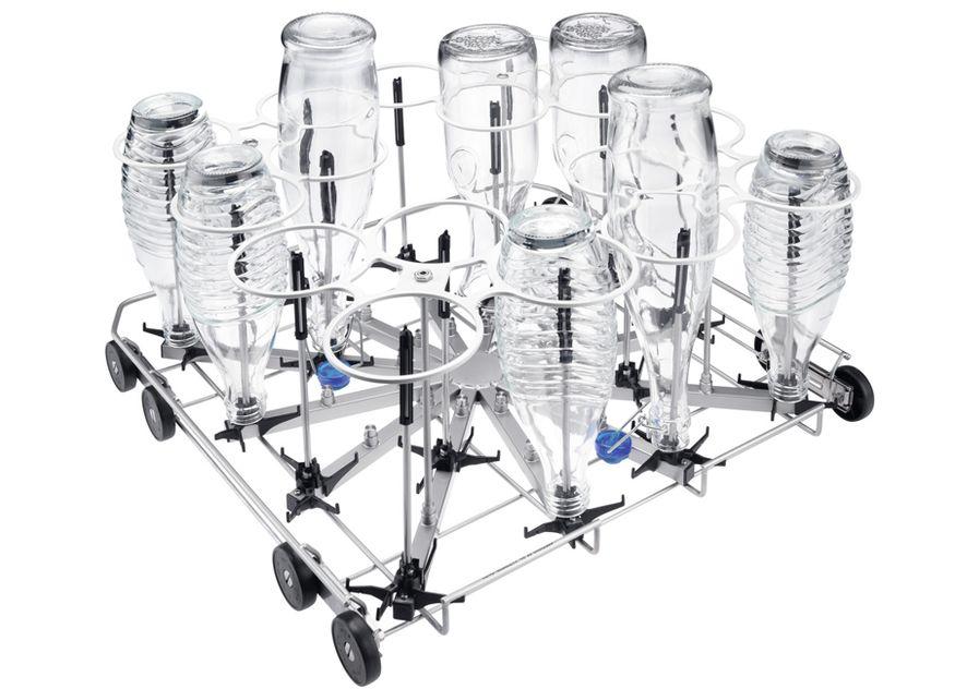 Sicherer Stand für 16 wiederverwendbare Flaschen oder Karaffen: Sie werden im neuen Flaschenkorb für gewerbliche Frischwasserspüler und ProfiLine-Spüler von Miele Professional gründlich sauber – innen wie außen