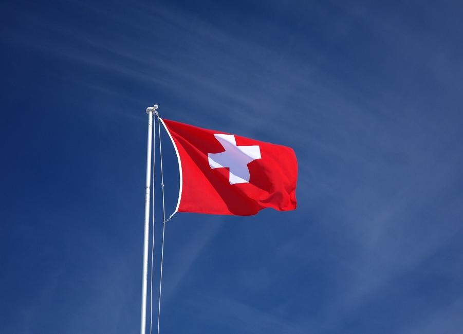 Flagge Schweiz vor blauem Himmel