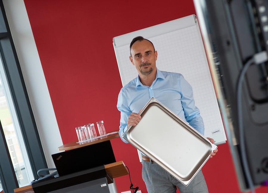 Jörg Förderer schult Fachhandelspartner und Planer