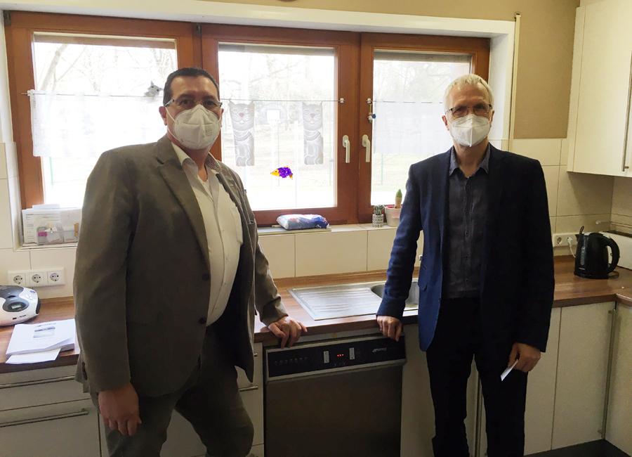 Verkaufsberater Andreas Schulze-Herringen (links) überreicht Heimleiter Bruno Hein die erste Smeg-Spende für das Kinderheim Aschaffenburg