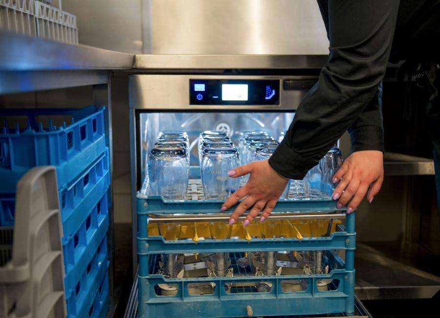 Die Untertischmaschine M-iClean UM von Meiko reinigt Glasflaschen in nur zwei Minuten