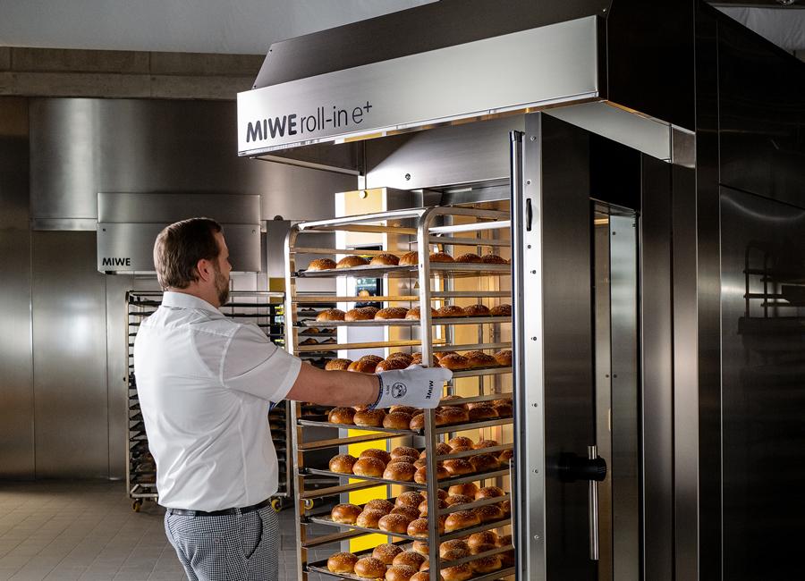 Egal ob Baguettes, Croissants, Brötchen, Weizensauerteigbrot oder sogar frei geschobene Roggenbrote – der MIWE roll-in meistert die denkbar größte Bandbreite an Backwaren völlig problemlos