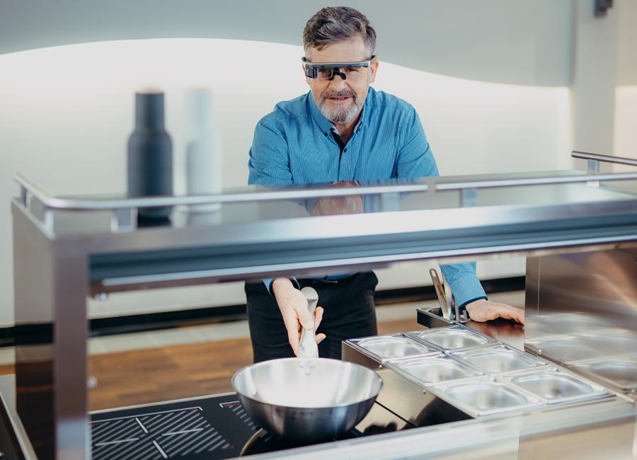Video-Brillen übertragen bei den Live-Beratungen von Blanco Professional die Bilder des Beraters direkt auf das Endgerät der Kunden