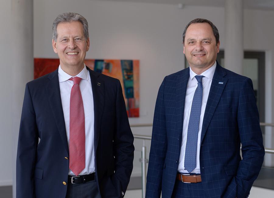Dr. Johannes Haupt, CEO der Blanc & Fischer Familienholding, und der Blanco Professional-Geschäftsführer Egon Kofler (von links) sehen die vollständige Übernahme der Anteile durch die Familienholding als unterstützendes Element bei der neuen Ausrichtung von Blanco Professional / Foto: E.G.O.
