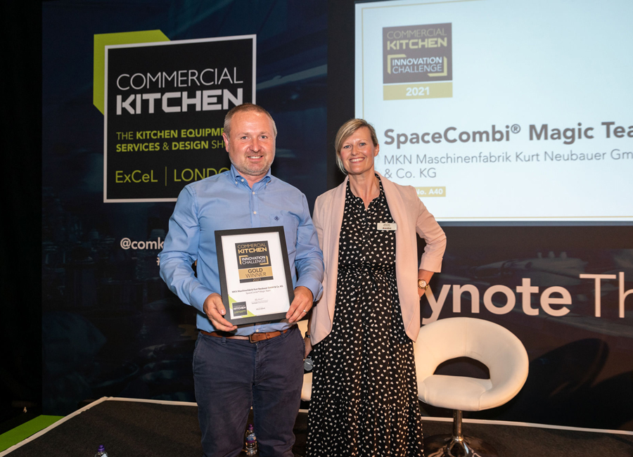 Wayne Bennett, MKN Regional Vice President, UK & Ireland, konnte in London den Commercial Kitchen Award für den SpaceCombi Magic Team entgegen nehmen